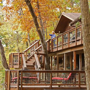 Book a stay at Purdy Cabin Guest Retreat in Tahlequah for a refreshing stay among nature.