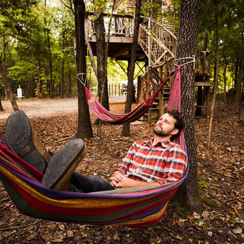 Kick back and relax during your retreat at Eufaula's Treehouse Tree-Sort.